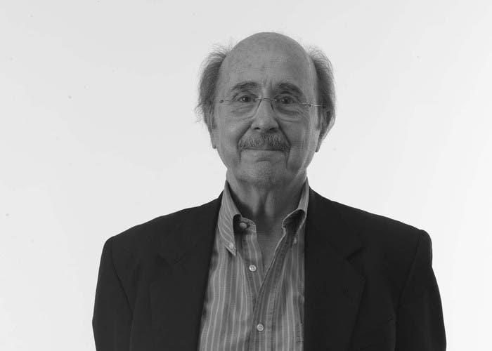 Comparte premio con Lewis, Schultz en 1979