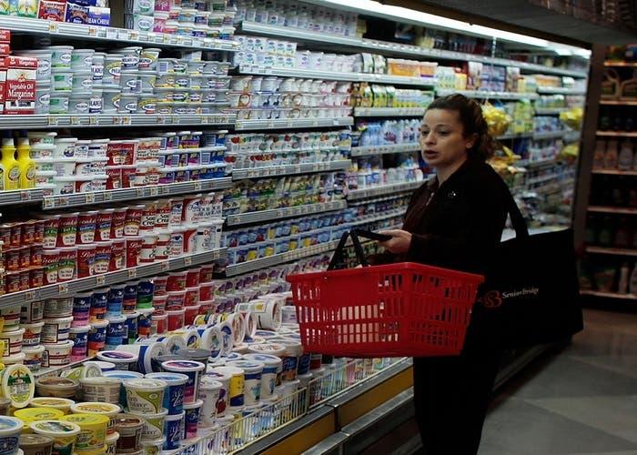 Una cliente en un supermercado