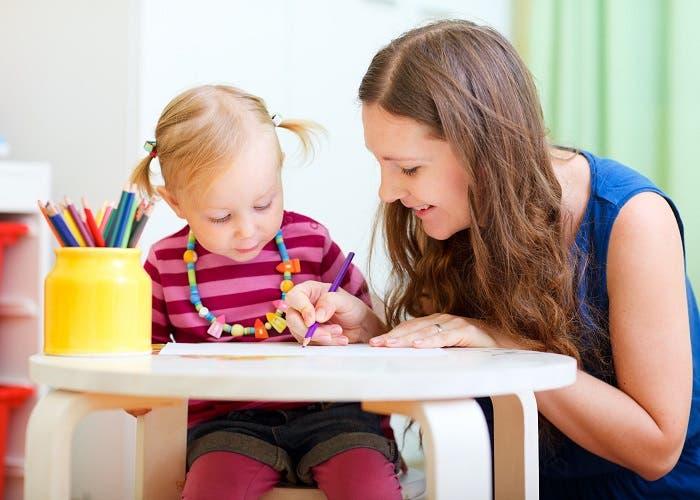 Mujer cuidando a una niña
