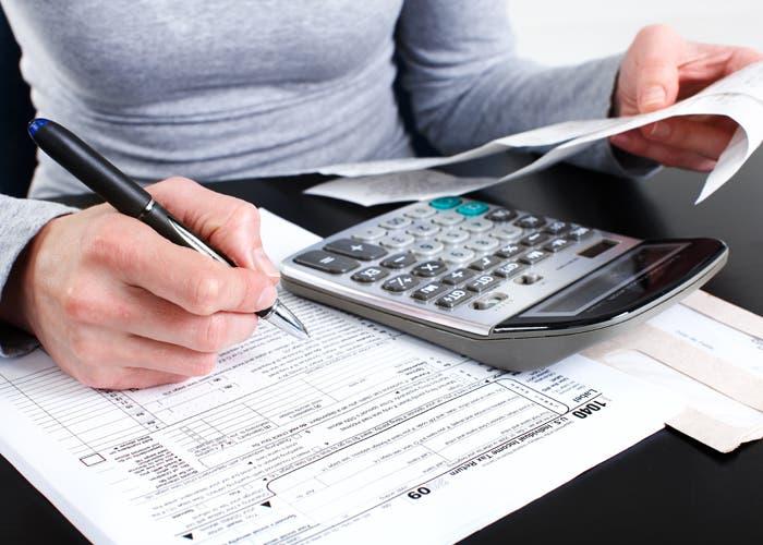 Personas preparando la documentación de sus impuestos