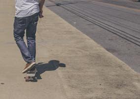 Hombre con monopatín en la calle