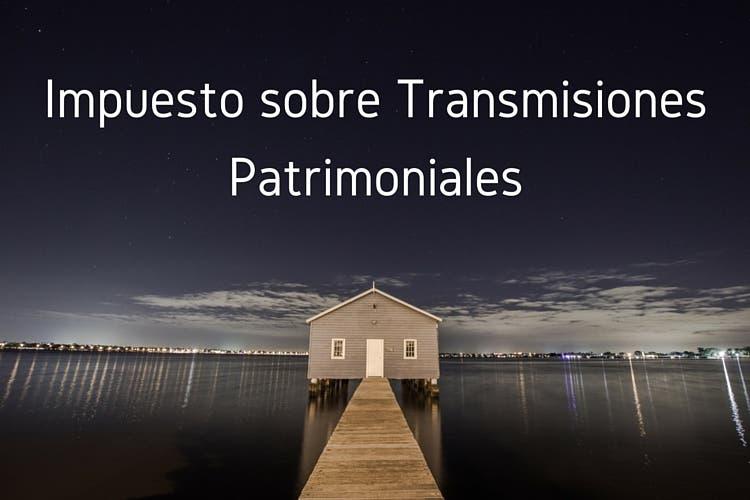 Vivienda en el lago y texto con impuesto sobre transmisiones patrimoniales