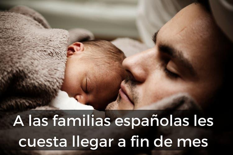 Un padre y su bebé duermen plácidamente y un cuadro de texto dice que las familias españolas no llegan a fin de mes